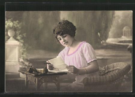 AK-attraktive-Frau-liest-einen-Brief